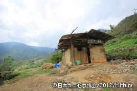 山の中腹にぽつんと建つ児童の自宅