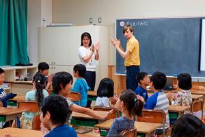英語と音楽の接着剤としてプログラミングを行う。左:英語活動指導員の増渕友加先生、右:ALTのアーロン・ショーブ先生