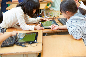児童は上下関係なく教え合い、学び合い、深め合う