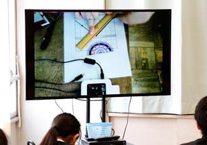 作図の仕方を実物投影機で実演しながら前時の復習