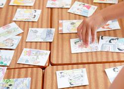 教師が読み上げた状況の絵カードを素早く探す