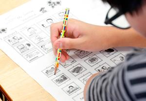 ALTの英文を聞き取り、該当する絵や単語を線で結ぶ