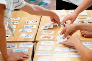 名詞・動名詞・形容詞のたくさんのカードの中からグループで話し合って5枚選び、英文を作る