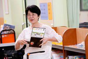 授業者の(株)内田洋行の土井美香子氏が開いた絵本のページは一面真っ黒