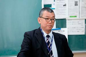 クロストークでの生徒の発表に聞き入る板谷教諭