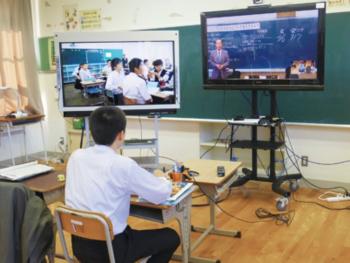 左のディスプレイには相手校の生徒たちの様子、右のディスプレイには先生と黒板が映されている