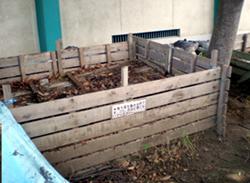 埼玉県戸田市立美谷本小学校の腐葉土をつくる木箱