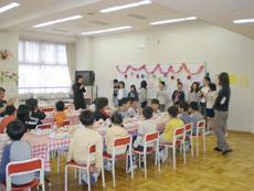 ランチルームで行われた「お誕生日給食」のひとこま。お誕生日給食委員会の子どもたちが飾りつけをし、ハッピーバースデーを歌って、誕生月の子どもたちと教員を祝います。