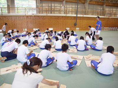 奈良県吉野町立吉野中学校 2014年つくえ組み立てワークショップの様子