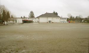 運動場と校舎の全景。