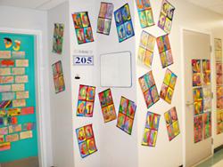廊下の壁に貼られた児童の作品。明るく、アートがある雰囲気は個性を育みやすい環境。