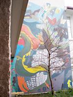 校舎の入り口に描かれた巨大な壁画。児童も制作に参加して描かれたものです。