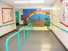 両側の壁には卒業生が記念に描いた絵が嵌め込まれています。