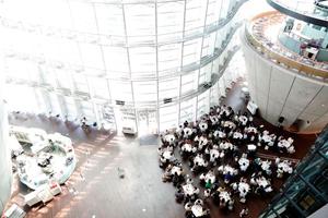 研修2日目の会場は国立新美術館の1階吹き抜けのロビー