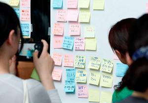 壁に貼り出された付せん紙。研修後に実行したいことや、今後の抱負を書き込む人も