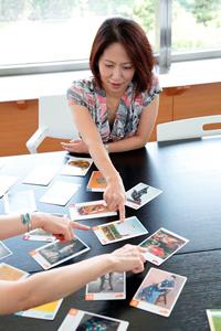 アートカードを使った「名探偵ゲーム」を記者も体験! 親が選んだ1枚のカードを他のプレ−ヤーが質問をしながら推理していく。これは、大人の我々も夢中になった。楽しく遊びながら、作品を細部までじっと見て、考え、それを言葉と結びつけ、さらに表現する力が養われると感じた