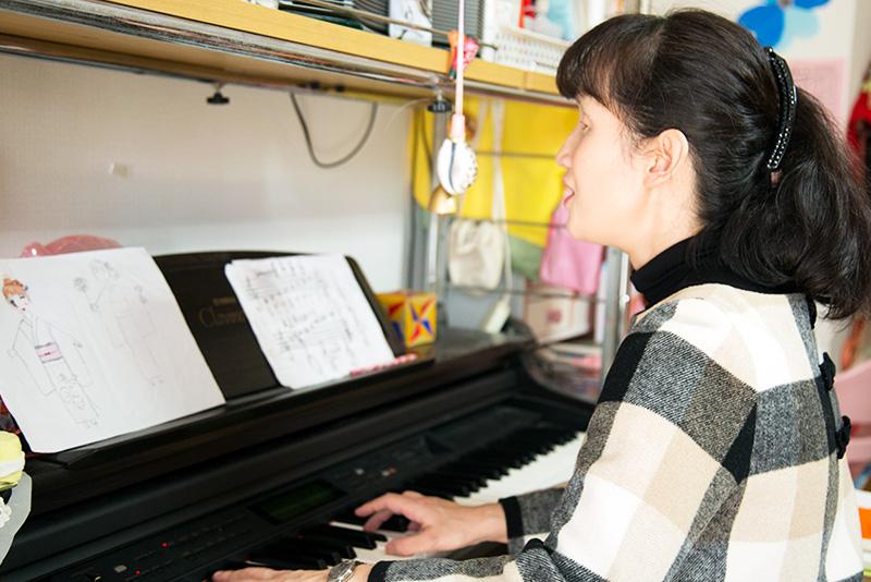 ピアノを弾きながら「地球のダイヤモンド」を亜矢子さんの写真