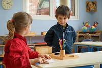 『モンテッソーリ 子どもの家』モンテッソーリ教育法をつぶさに見せるドキュメンタリー