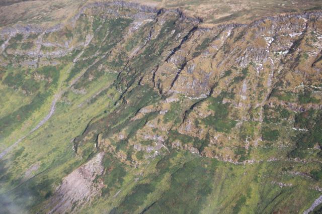 溶岩ドームの例。鳥海山・新山溶岩ドーム。1801年の噴火活動によってできた。溶岩ドームとは、粘りけの強いマグマがほとんど横に流れずに、その場所に盛り上がってできた火山体のこと。