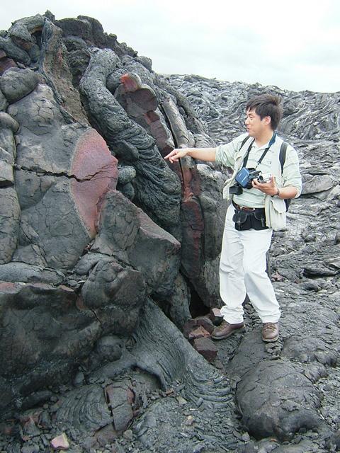 キラウエア火山で野外調査中の筆者。