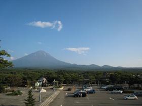 裾野を引く富士山の遠景。