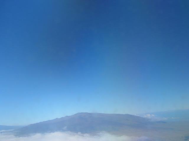 楯状火山の例。アメリカ合衆国・ハワイ島のマウナ・ケア山山頂部(標高4、205メートル)。
