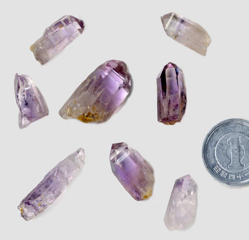 〈写真2〉紫水晶(アメシスト)。宮城県白石市産。日本でも宝石が採れたのです。