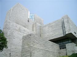 〈写真5〉花こう岩石材でできた建築物の例・最高裁判所(東京都千代田区)。茨城県笠間市稲田産の花こう岩が用いられています。花こう岩石材は、ビル壁や墓石などとして、国内外のいろいろな所で見られます。