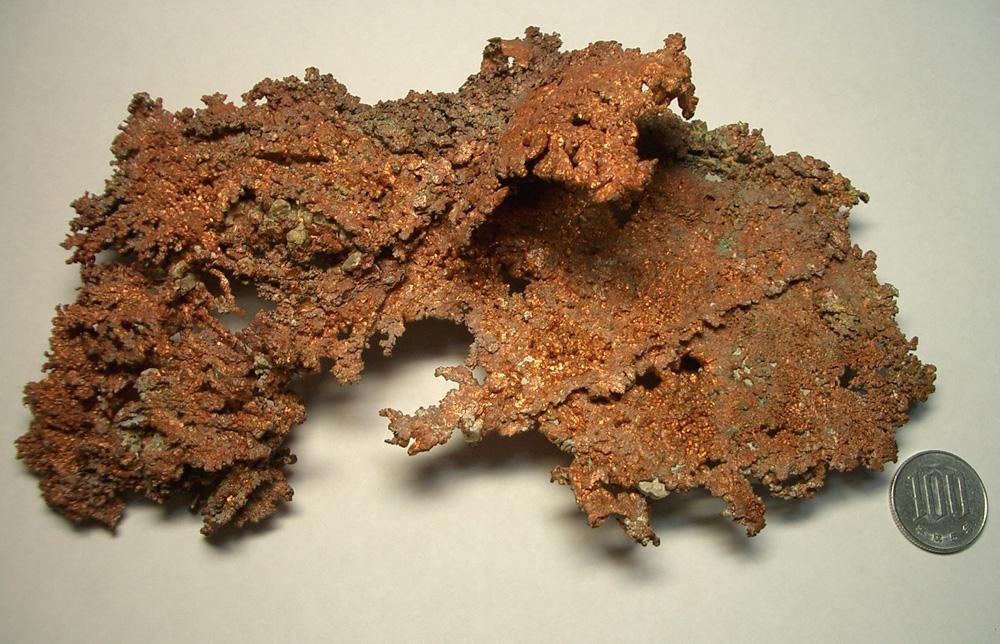 アメリカ・ミシガン州産の自然銅。まるで苔のように見えます。写真撮影:春名誠