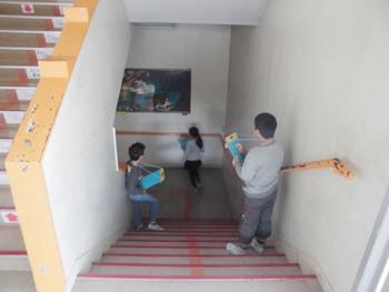 避難経路を観察する児童