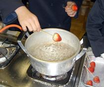 イチゴをあめの中で 2~3回クルクルとくぐらせる
