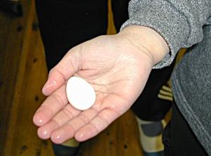 紙コップで水を沸かして作ったウズラのゆで卵
