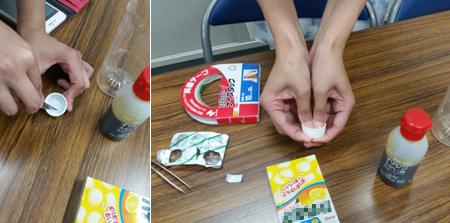 ビタミンC入り菓子をペットボトルの蓋の内側に貼り付ける