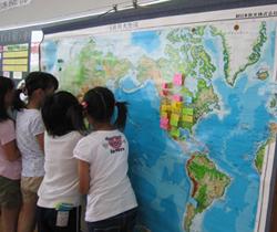 世界地図に生産地の場所を示す付箋を貼る