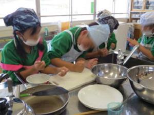 粉から焼餅の皮を作る