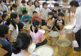 全校分の給食の残菜を皆で見る