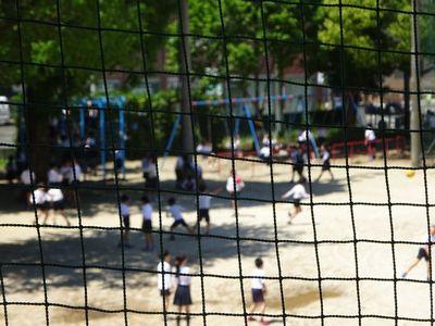 運動場で元気に遊ぶ子どもたち
