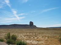 砂漠地帯の埃と日差しの中を生徒たちは黙々と歩きつづける