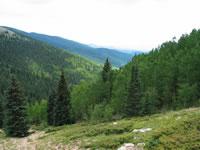 時には標高10,000フィートを超える山岳地帯を歩き回ることもある。