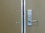 教室や通路にあるドアはどれも鍵がついている。