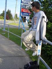 バスの停留所はサインが目立たない。ダウンタウンやショッピングモールなどに行くときはバスを利用。1時間に1~2本の路線を逃すと延々に歩く羽目に。