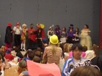 ハロウィンの日は先生も生徒も仮装して登校。昼休みにカフェテリアに集合して仮装大賞を選ぶ。