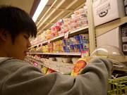 スーパーマーケットにあるカップラーメンの種類は豊富。お気に入りは韓国モノの辛いヌードル。
