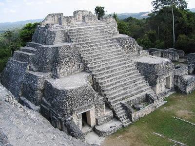 ベリーズの代表的なマヤ遺跡、「カラコル」。このような 遺跡が国のあちらこちらに見られ、観光名所になっている。