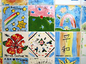 卒業生が作ったタイル装飾。日本語やスペイン語のメッセージが書かれているのが、この学校らしい。