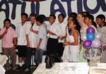 カラオケでご満悦の卒業生。アジア人居住者の多く住む地域にある学校なので、アジア系の子どもが多い。