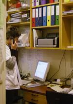 電話対応も勉強のひとつ。公用語を4つ持つ国スイスだけあってドイツ語圏でもフランス語、イタリア語、英語は必須!