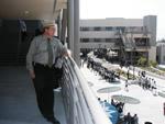 テラスから中庭を見守るトム・ニコルス先生。
