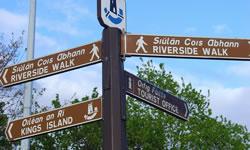 アイルランド語と英語2ヶ国語表示の標識(上段;アイルランド語、下段;英語)