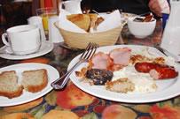 「アイリッシュブレックファースト」と呼ばれる伝統的な朝ご飯はボリュームたっぷりだ。何種類ものパン、コーンフレーク、ソーセージ、目玉焼き、ヨーグルト、果物、ベーコンなどとても食べきれない。